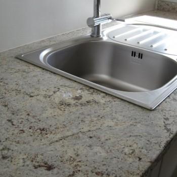 Zone-d-evier-de-cuisine-classique-claire-en-granit-3